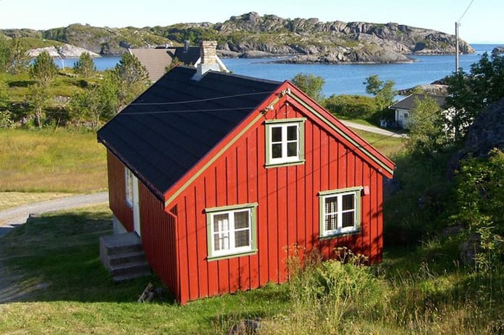 Koselig hytte nær sjøen