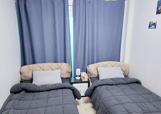 작은방-싱글침대 2개 있습니다. 신일 써큘레이터가 있습니다.