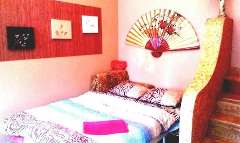 Квартира чиста та без зайвих запахів. Завжди чиста постільна білизна та рушники.,тапочки, інтернет wi-fi, кабельне телебачення, цілодобово гаряча та холодна вода.