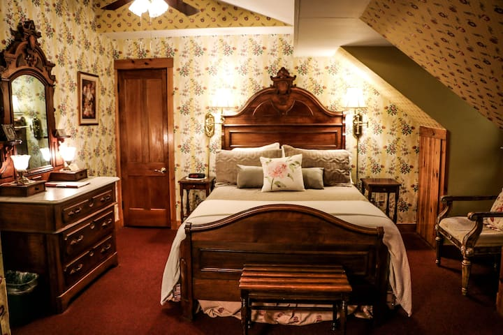Historic Cornell Inn B&B - Grace · Queen Room with fireplace and jetted tub