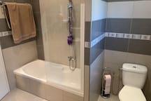 Salle de bain avec une baignoire, un wc, un bidet et un meuble vasque