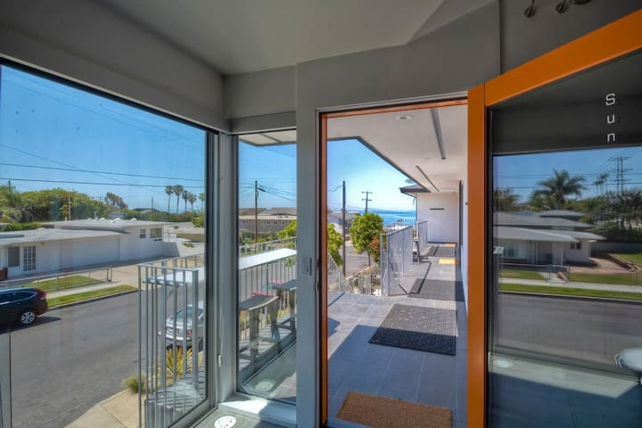 SUN SUITE - MODERN STUNNER - 1 BLOCK TO BEACH!