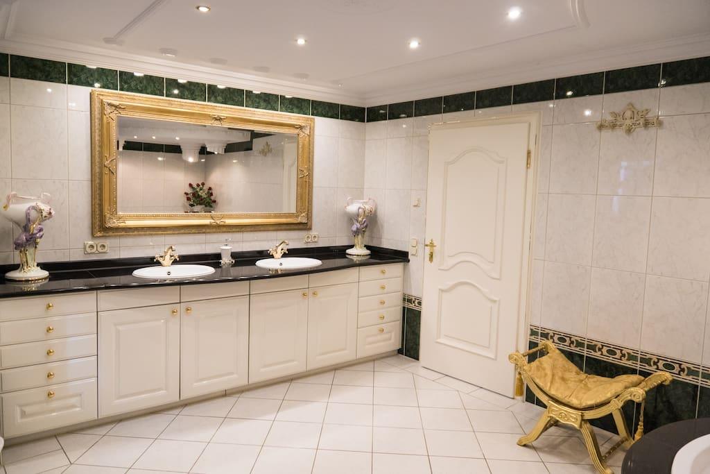 Bad mit Whirlpool , wertvolle Stuckarbeiten, Dusche, Bidét, WC, Doppelwaschbecken, Granitauflage