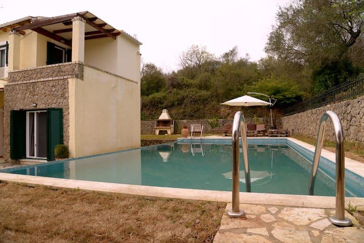 POOL VILLA WITH ABIG GARDEN - Poulades - Villa