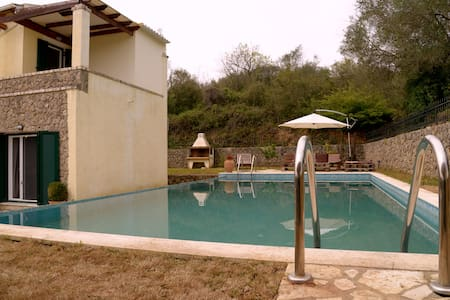 POOL VILLA WITH ABIG GARDEN - Poulades - Huvila