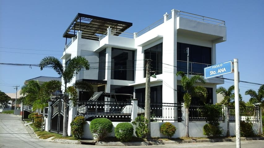 Ultra Modern 4 Bedroom house with free breakfast.