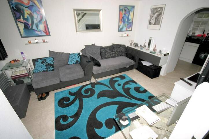 Double bedroom (3 people) near station and airport