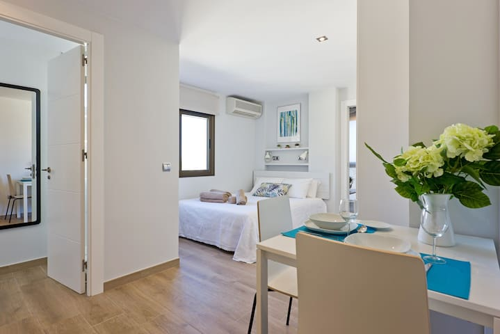 The apartment is very bright. The views are lovely from every room. It is airy and has anything you may need for a confortable stay in Málaga.