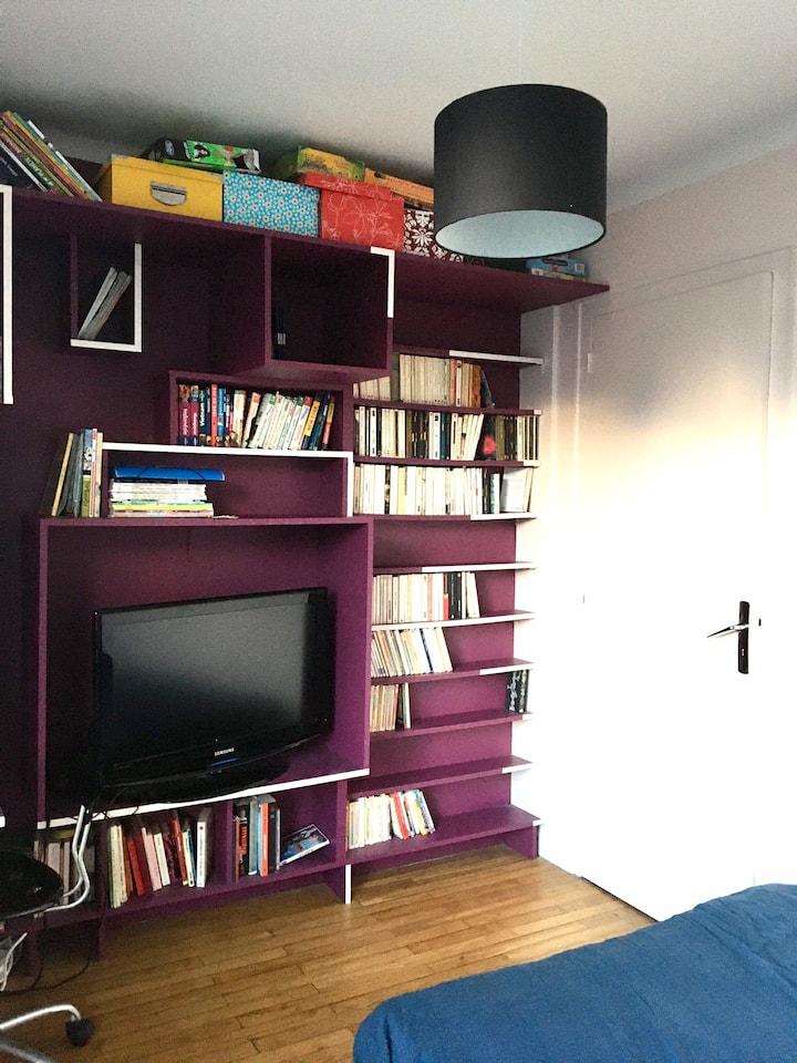 Petite chambre violette refaite à neuf