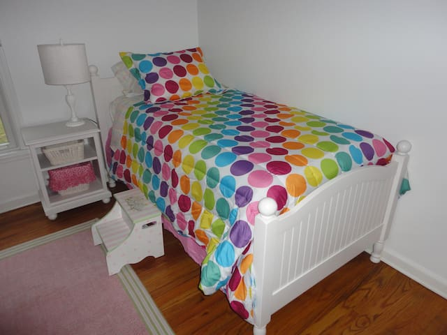 """Third Guest bedroom, x2 Twin beds - it is more of a """"girlie"""" room"""