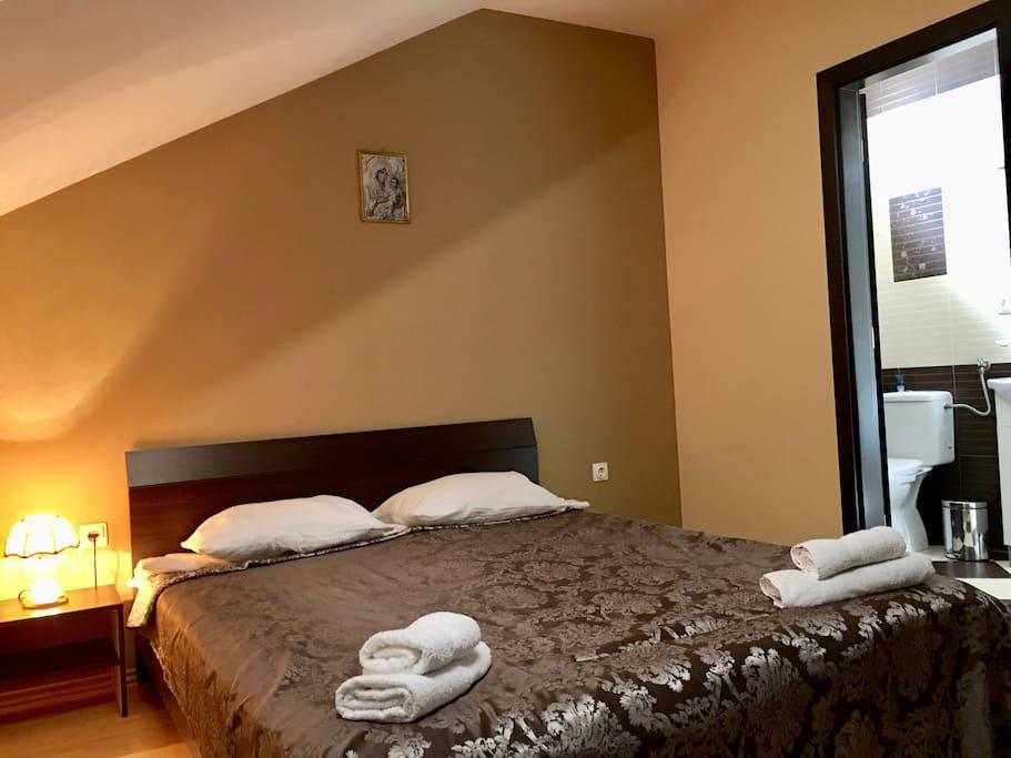 (Room #1) Hotel Style Room for 2  *Camera pat dublu la mansarda cu baie