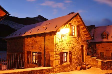"""Casa """"Cuadra de Tomasé"""" en Lanuza"""