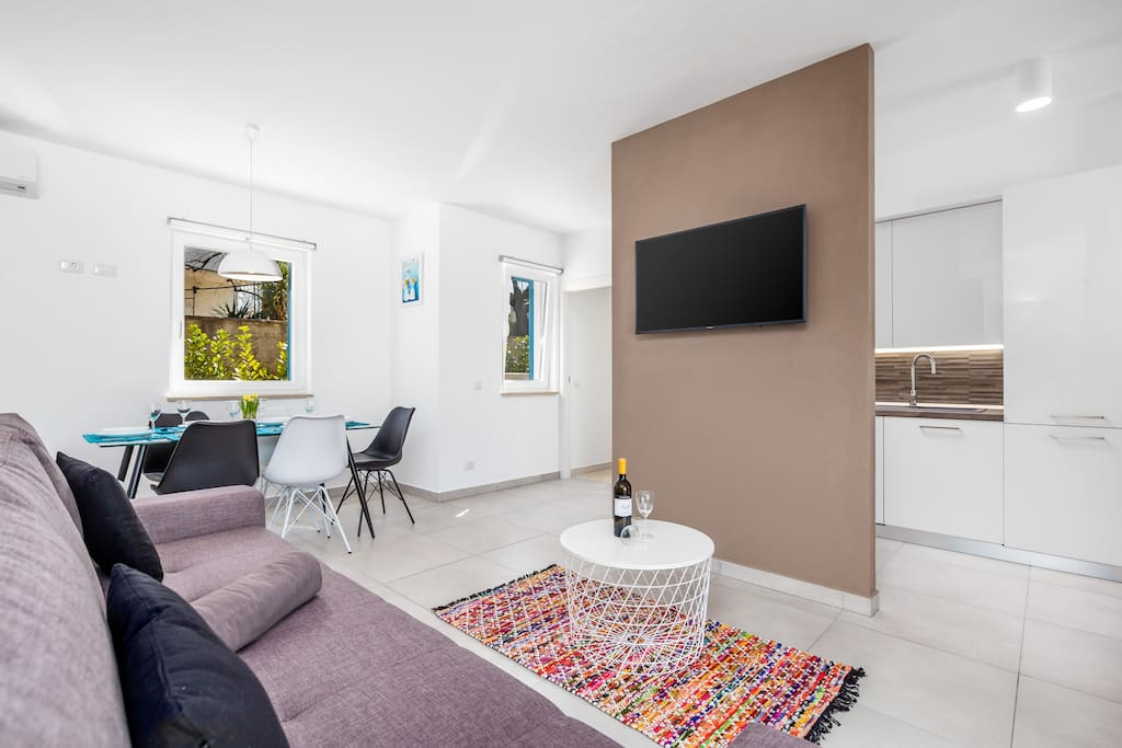 """Living room with 40"""" flat-screen TV SAT"""