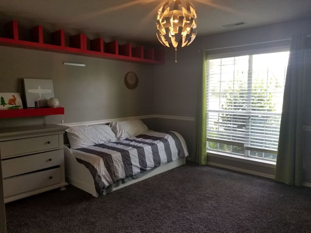 Private bedroom 4 miles from UA/Dickson St