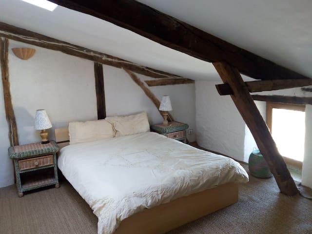 chambre double et salon dans maison ancienne