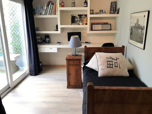 Bedroom for one with built in officespace by day