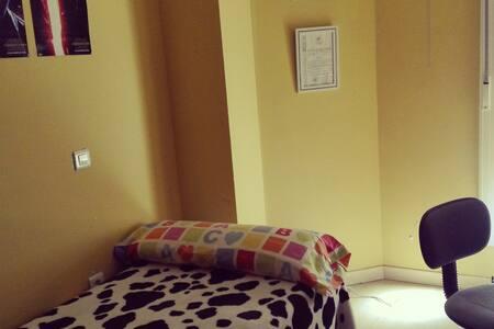 Habitación individual en piso céntrico - Cáceres - Apartamento