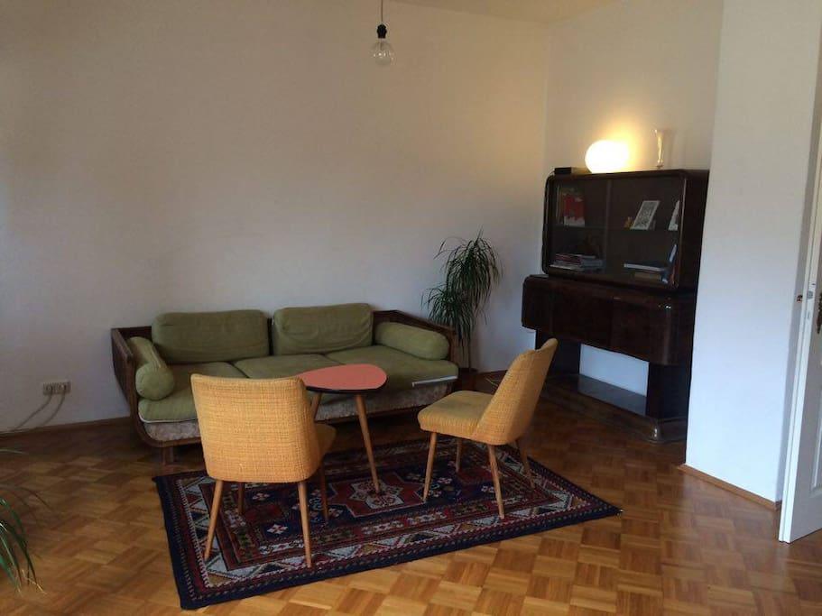 Wohnzimmer mit Sitz- und Entspann-möglichkeit