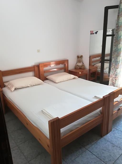 2ο υπνοδωμάτιο με δύο μονα κρεβάτια.