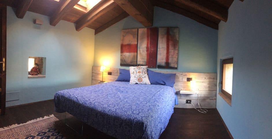 La stanza blu è la stanza da letto principale