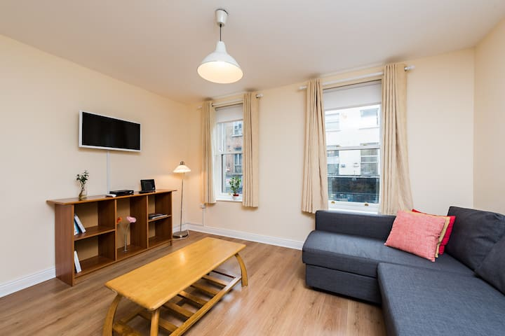 Best location 2 BDRM  spacious 4 min to Temple Bar