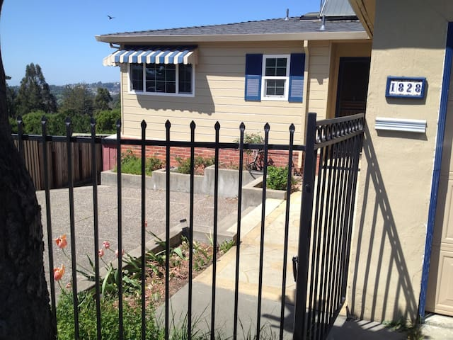 Family Home with Beautiful Views - Hayward - Hus