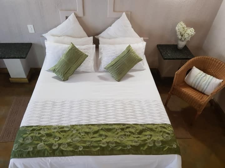 Shingalana Guest House - Queen/Twin Bedroom