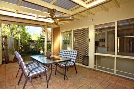 Comfy Double bed in townhouse with great pool - Mudgeeraba