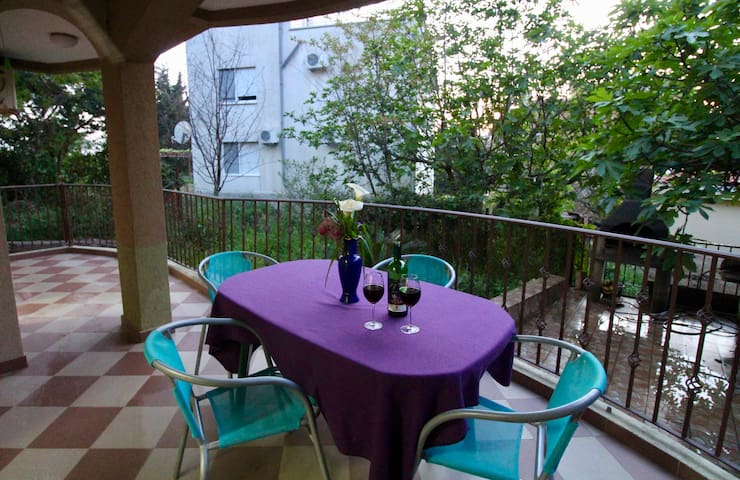 2bd Apt w/ Porch 10min walk to Veliki Pjesak Beach