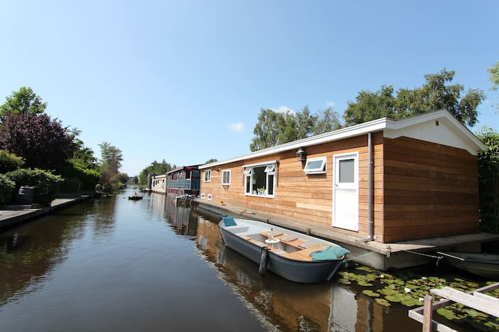 Beautiful houseboat near Amsterdam central!