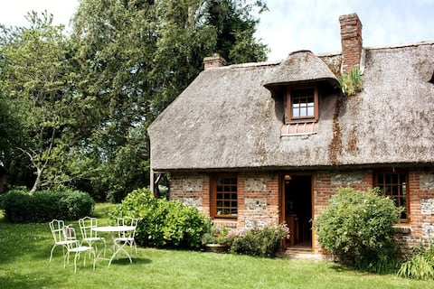 Normand Thatched Cottage – Two Private Bedrooms
