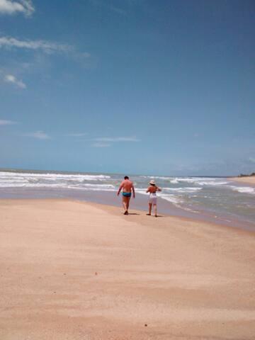 Nossa praia de aguas transparente e morna moudurada por areia banquinha. Bem típico do sul da Bahia