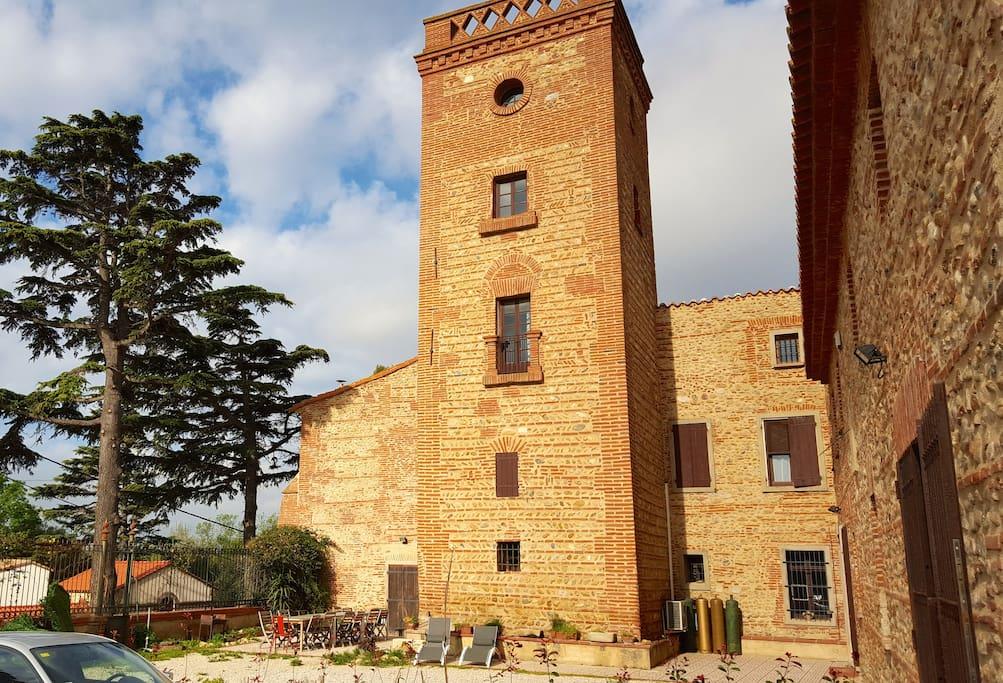 La terrasse et le parking de Miquette, mais la tour n'est pas accessible depuis ce logement