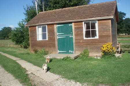 Rustic Log Cabin in rural setting - Woodchurch