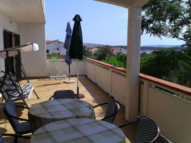 Comfortable app with large terrace - Barbat - Apartemen