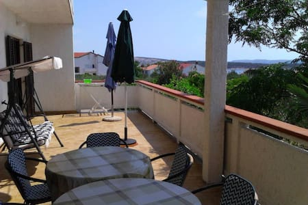 Comfortable app with large terrace - Barbat