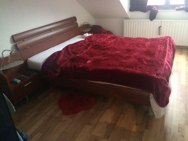 Belle chambre meublée pour un séjour agréable.