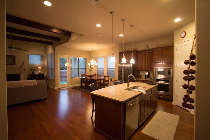 GORGEOUS Home ~3 mil frm La Cantera, Eilan, Fiesta - San Antonio - House