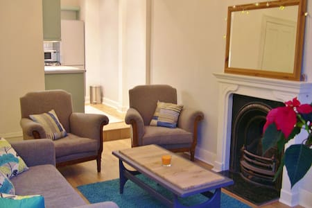 Characterful, spacious 2 bed flat - Apartment