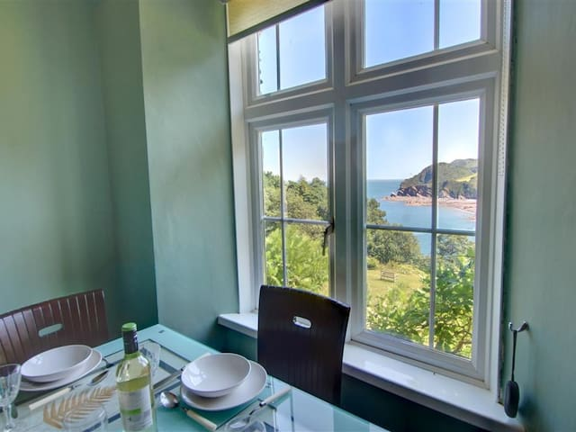 Apartment Woodys with pool, amazing sea views, in an idyllic position
