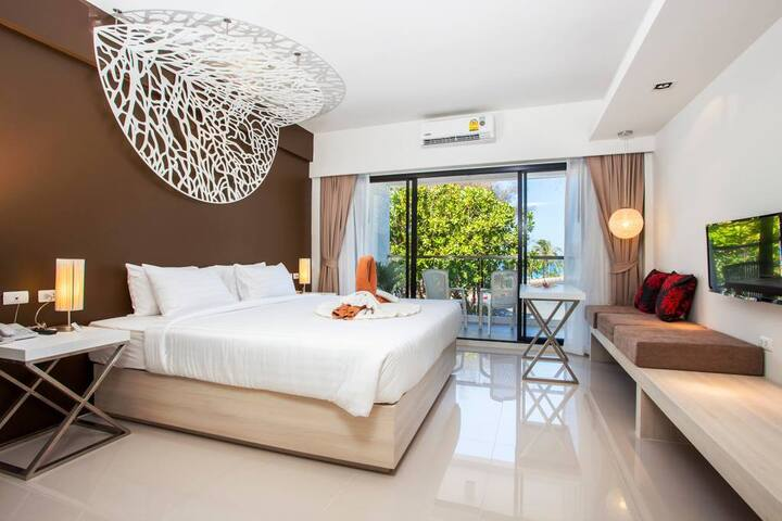 The artistic decor uses coral inspired art installations and colours that perfectly suit this exotic location.  The private balcony overlooks the  Karon beach and the en-suite bathroom has a relaxing rain shower.  Guests can comfortably stay in these Sea View Balcony rooms with a comfortable King Size bed. This room guest can enjoy with bathtub.