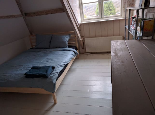 Cosy room, 30 mins bus to Amsterdam central - Oostzaan - Rumah