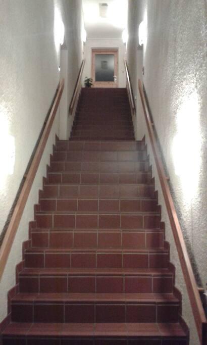 Opp trappen, øverst og inn til høyre