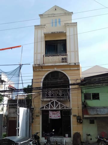 A view of the building across the street from southwest entrance of the Robinson's Xentro Mall of Vigan City.