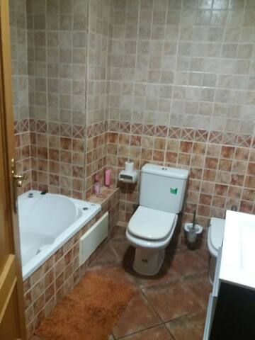 Baño secundario con bañera hidromasage.