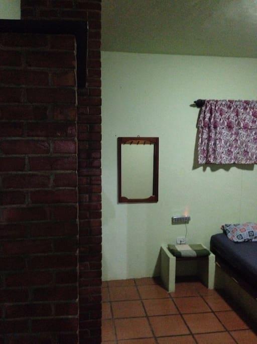 Suíte com ar-condicionado, cama de casal e guarda-roupas disponíveis