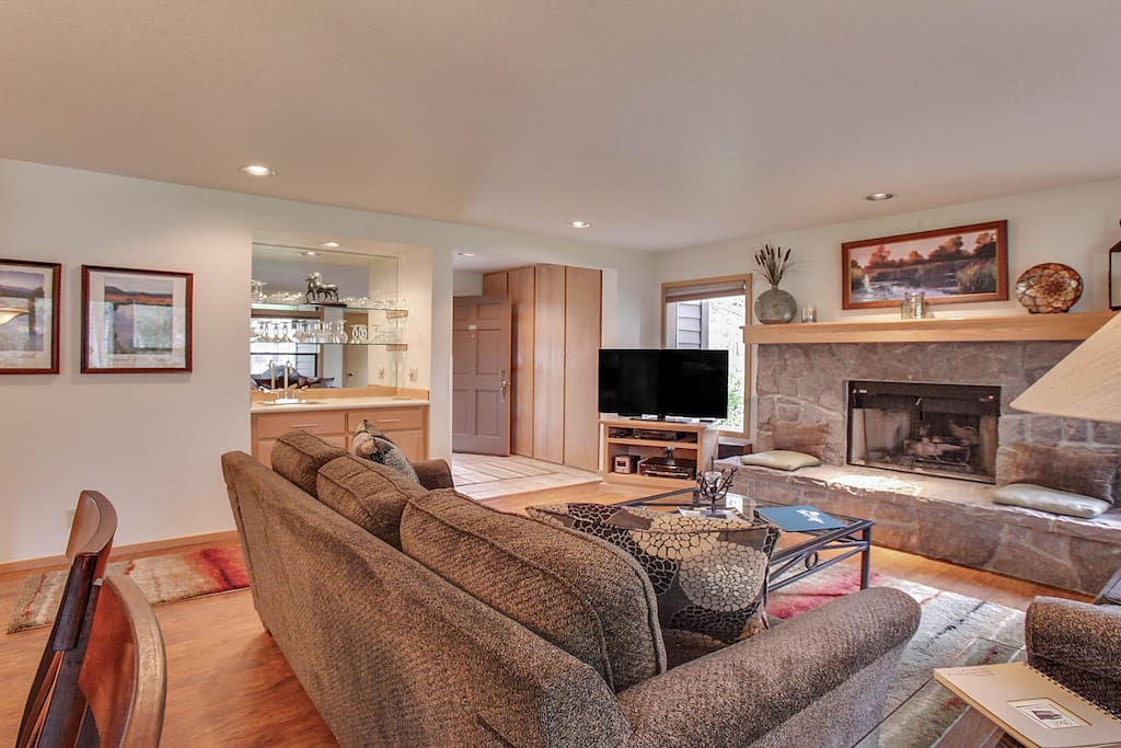 Fireplace,Hearth,Couch,Furniture,Chair