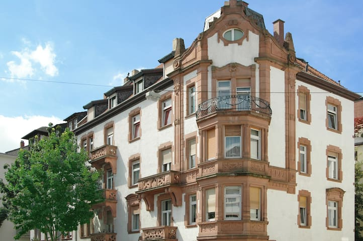 Attraktives Zimmer in bester Lage mit Rezeption - Mannheim - Bed & Breakfast