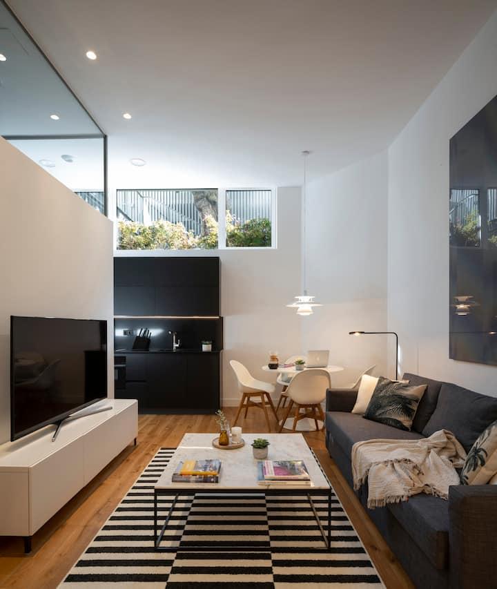 Welcome to your apartment. Bienvenido a tu hogar.