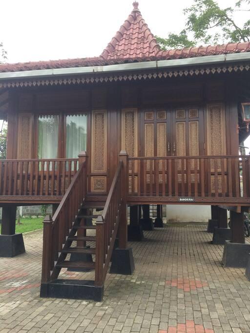 Kamar Bangkirai, 1 kamar tidur single bed, 1 kamar mandi air panas(dibelakang/bawah). 485,000/malam